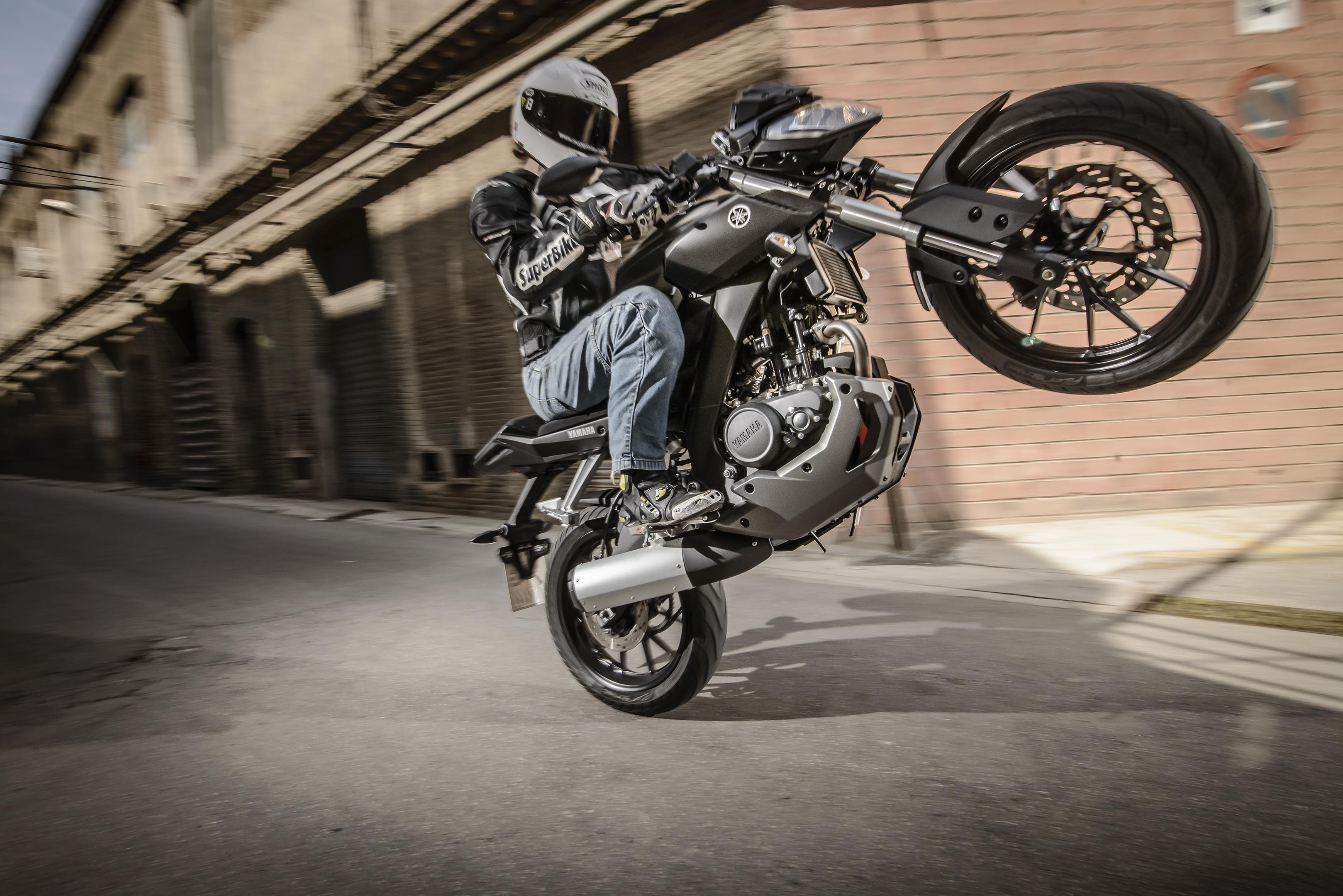 New Yamaha MT-125 - Looks Cool, Does Wheelies