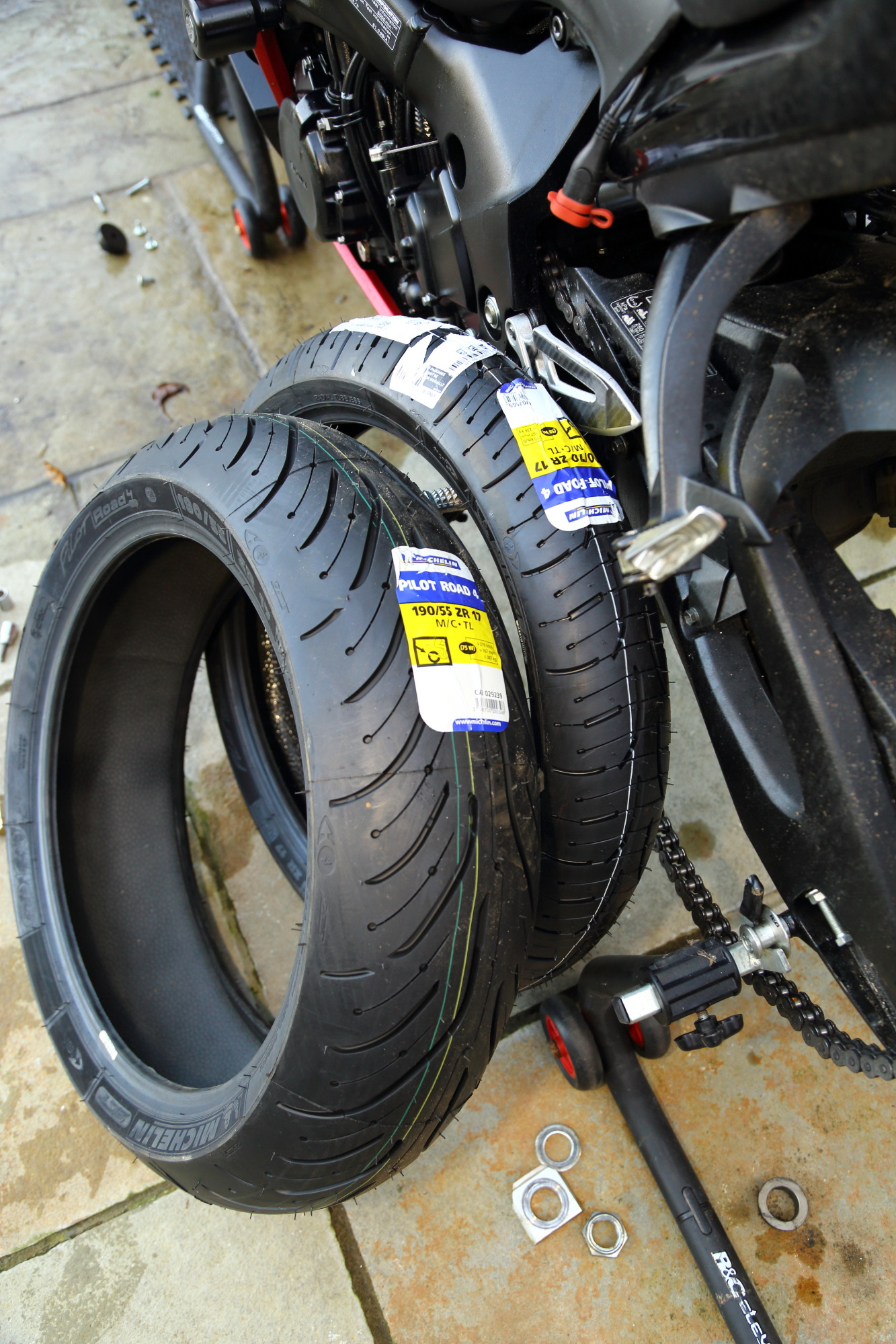 michelin pilot road 4 tyres on gsx s1000f superbike magazine. Black Bedroom Furniture Sets. Home Design Ideas